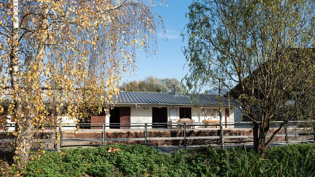 Un club house avec poêle à bois, micro-onde et réfrigérateur, machine à cafés, boissons fraîches et friandises.