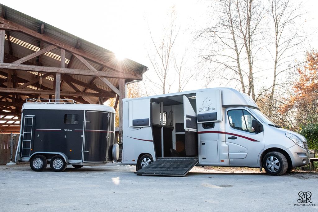 Matériel transport chevaux : un VL carrossé Chardron 2 places, un van Fautras 2 places obliques